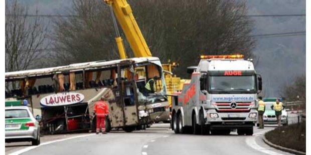 Über 40 Verletzte bei schwerem Busunfall