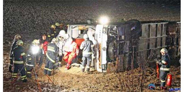Busunfall in OÖ: 2 Schwerverletzte