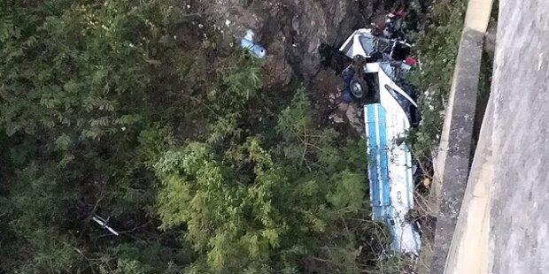 Bus stürzt in Schlucht: Mindestens 29 Tote
