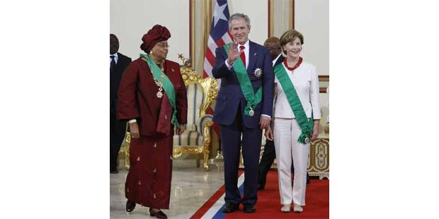 George Bush schwingt in Liberia die Hüften
