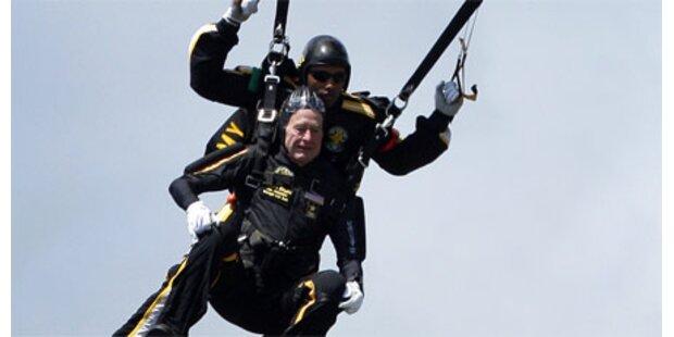Bush Senior feierte mit Fallschirmsprung