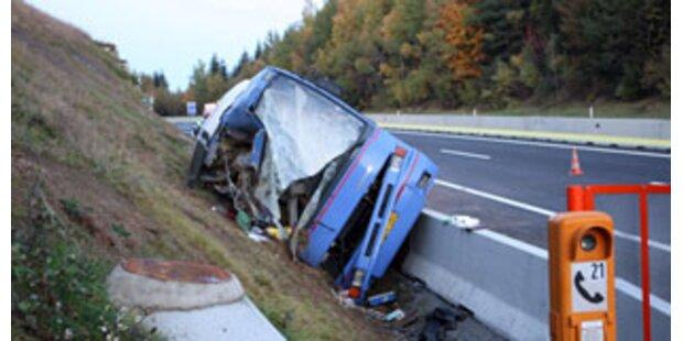 3 Tote bei schwerem Busunglück auf der A2