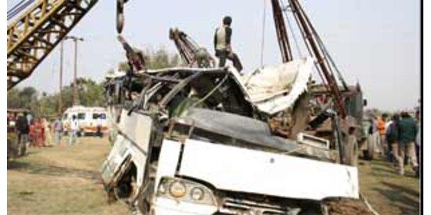 18 Tote bei Zusammenstoß zwischen Bus und Zug