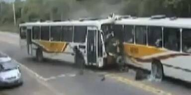Frontalzusammenstoss zweier Busse in Rio