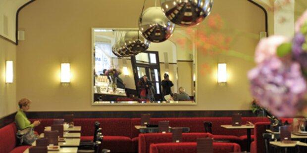 Plüsch und Kugellampen im neuen Cafe Museum