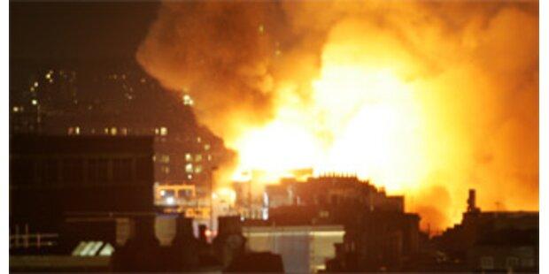 Großbrand auf Londoner Straßenmarkt in Camden