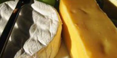 Finger im Käse des Chefs versteckt