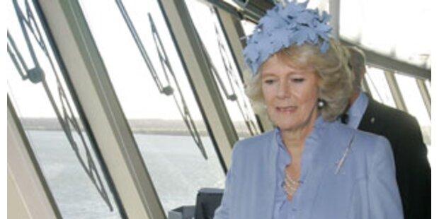 Camilla scheitert bei Schiffstaufe