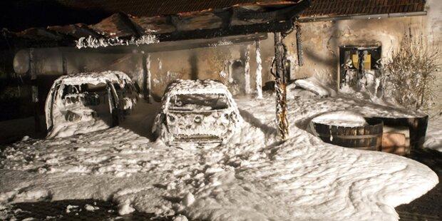 Zwei Autos in Carport ausgebrannt