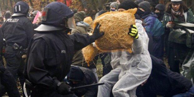 Castor-Gegner prügeln sich mit Polizei
