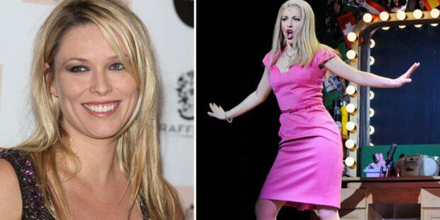 Blondine trägt  im Ronacher ,Pink'