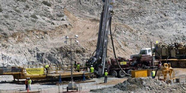 Bohrer wenige Meter von Bergleuten entfernt