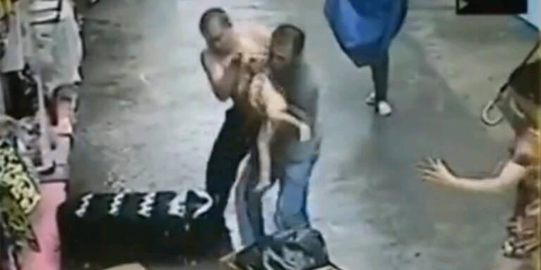 China: Männer fingen abstürzendes Baby auf