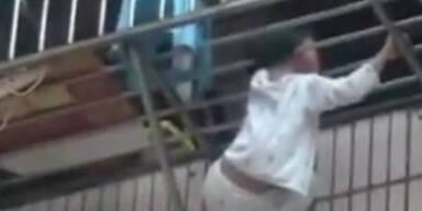 China: 8-Jährige hängt mit Kopf an Balkon