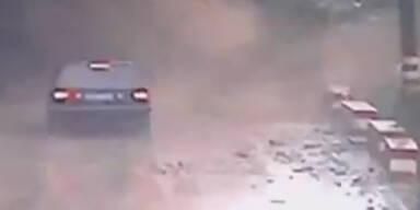 Unglaublich: Erdrutsch zieht über Auto hinweg