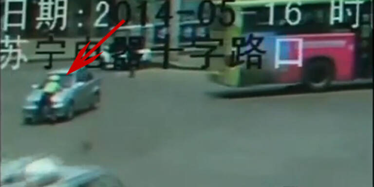Raser nimmt Polizist auf Motorhaube mit