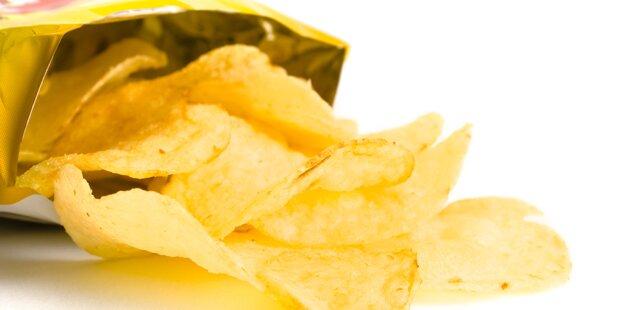 Weil er alle Chips aufaß: Frau sticht Freund nieder