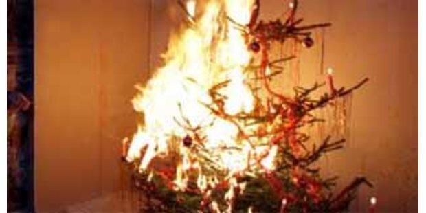 Christbaum geht in Flammen auf