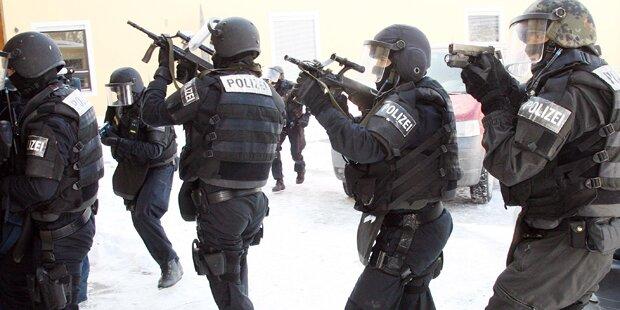 Bewaffnete Männer sorgen für Polizei-Großeinsatz