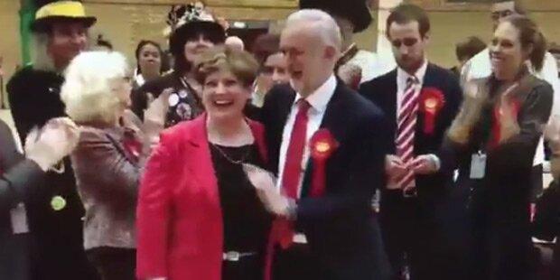 May-Gegner Corbyn mit peinlichstem High 5 aller Zeiten