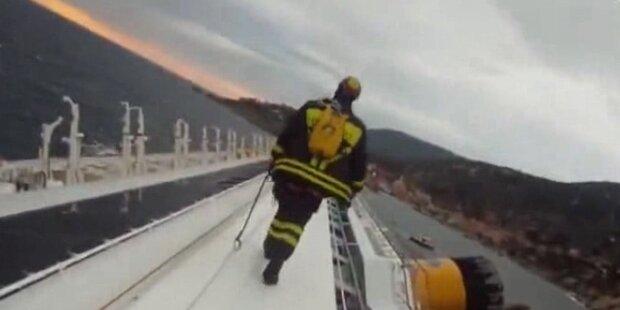 Rettungskräfte klettern in die Costa Concordia