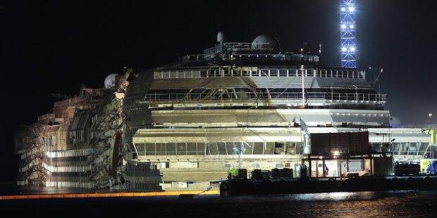 Wrack der Costa Concordia aufgerichtet