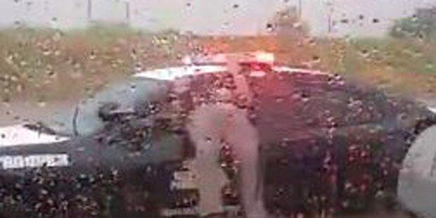 US-Cop bleibt im Fenster stecken