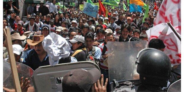 Anhänger von Präsident Correa stürmen Parlament