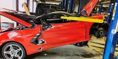 Brandneue Corvette von Hebebühne gefallen