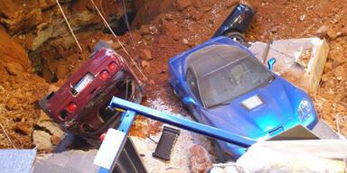 Erdloch verschluckt 8 teure Sportwagen