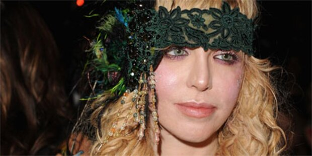 Cobain-Witwe in Putzkittel bei Modeschau