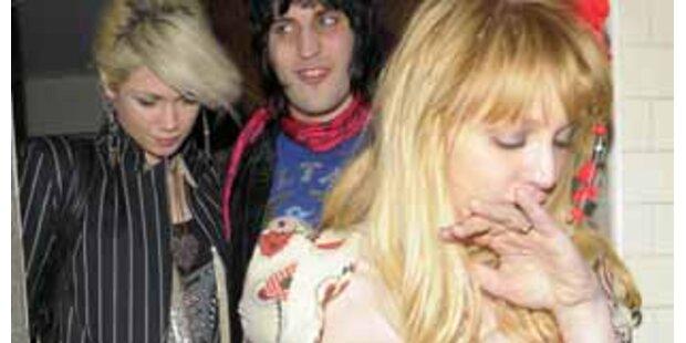 Courtney Love wankt besoffen durch London