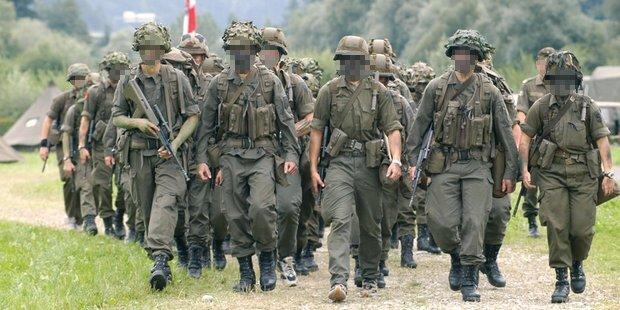 Soldat schießt Kameraden an