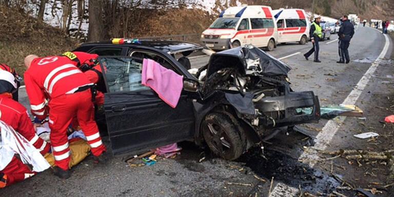 Horror-Crash: Mutter und Tochter verletzt