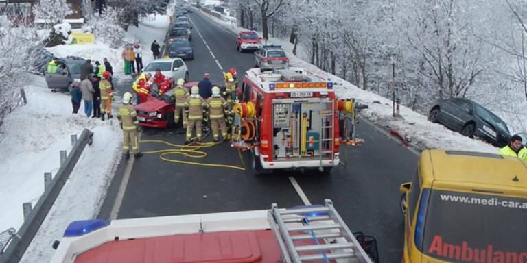 Autofahrer (85) bei Crash schwer verletzt