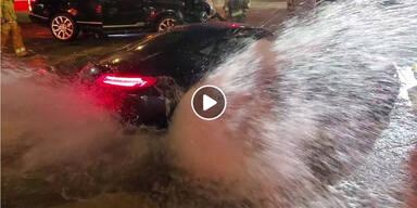 150.000-Euro-Mercedes schießt Hydrant ab