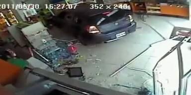 Autofahrer rast mit seinem Auto in Laden