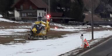 Auto crasht in Baum: Anrainer retten Kleinkind