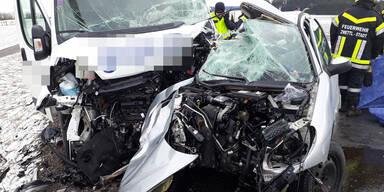 Pkw-Lenkerin crasht in Klein-Transporter - tot
