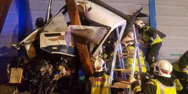 Stau-Chaos auf Tangente   Klein-Lkw-Lenker stirbt bei Horror-Crash