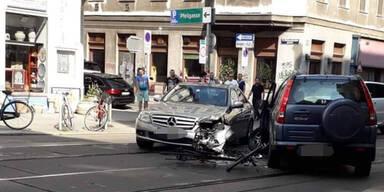 Radfahrer(28) kracht in Unfall-Auto