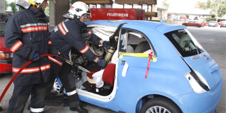Unfallopfer aus Neuwagen schwer zu bergen