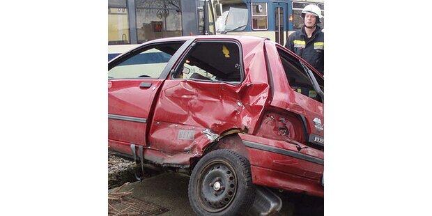 Zug rast in Pkw - eine Verletzte