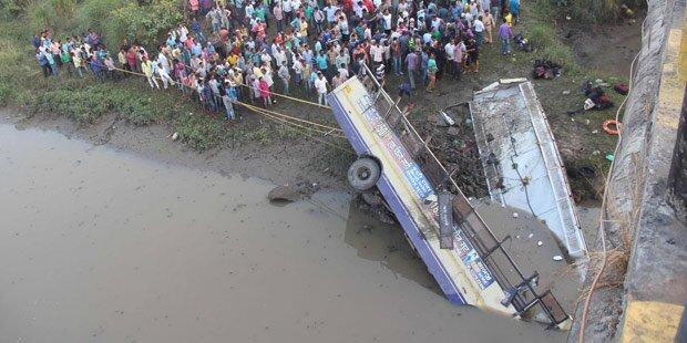 Linienbus stürzt von Brücke: 37 Tote