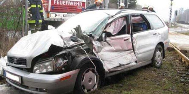 Auto von Zug erfasst: Zwei Verletzte