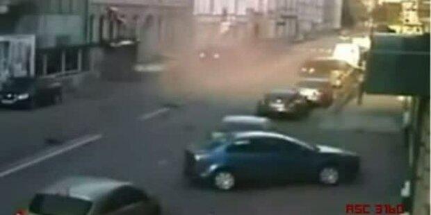 Überwachungsvideo: Horror-Crash in Moskau