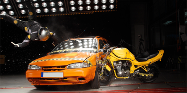 Spektakulärer Motorrad-Crashtest