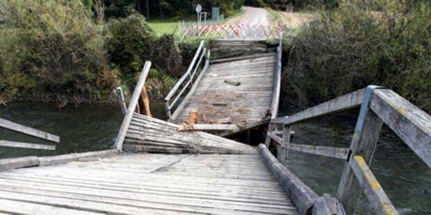 Holzbrücke zerbrach unter Mähdrescher