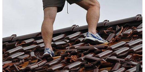 Arbeiter stürzt durch Dach