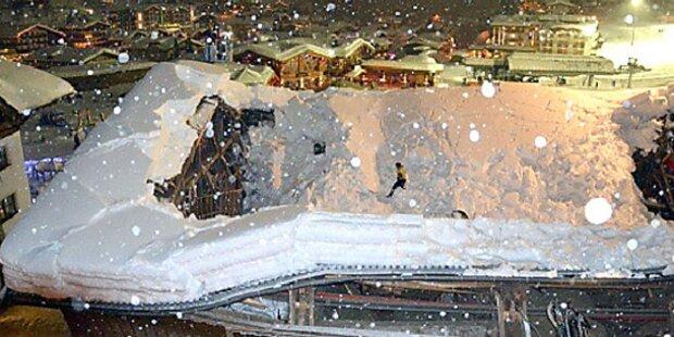 Stall stürzt unter Schneelast ein